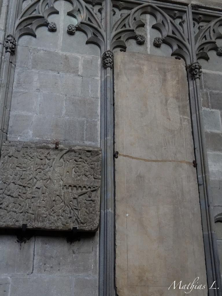 Pierre dite « du siège », datant du XIIIe siècle - dalle funéraire du tombeau de Simon de Monfort (?)
